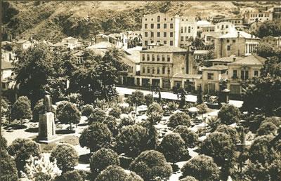 """<p><strong>5.</strong> 1950 lerde Trabzon Meydan Parkı. Zorlu,  Tülay; Faiz, Serap, 2013, """"Değişen Yaşam Biçiminin Konutun İç Mekân  Örgütlenmesine Yansımaları: 1950-1980 Dönemi Trabzon Apartmanları"""", <strong>Mimarlık</strong>, sayı:374.<br />  Kaynak: Bölükbaşı, A.,  2006, <strong>Anılarda Trabzon</strong>, Cilt:1,  Serander Yayınları, Trabzon, s.170.</p>"""