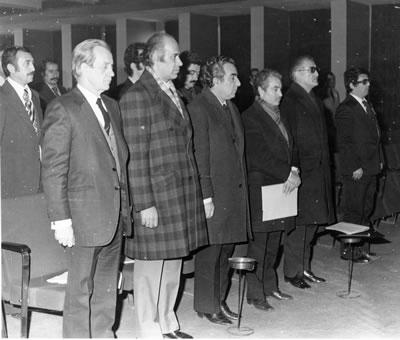 <p><strong>Resim </strong><strong>5.</strong> 22. Genel Kurul da saygı duruşu, 1976. <strong>1. </strong>Cemil  Gerçek, <strong>2. </strong>Doğan Ersoy (Ankara Belediyesi Başkan Yardımcısı), <strong>3. </strong>Vedat  Dalokay (Ankara Belediyesi Başkanı, Mimar), <strong>4. </strong>Maruf Önal, <strong>5. </strong>Selahattin  Babüroğlu (İnşaat Mühendisi, İller Bankası Yönetim Kurulu Başkanı, İmar ve İskân  Bakanı)<br />   Kaynak: Ünalın, Çetin  (ed.), Mart 2013, <strong>Tanıklarından Mimarlar  Odası, 1954-1990</strong>, Mimarlar Odası Yayınları, Ankara, s.111. </p>