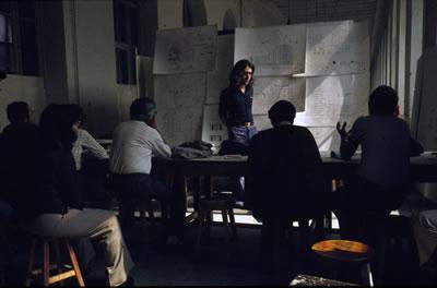 <p><strong>5.</strong> Tasarım stüdyosunun değişmeyen değerlendirme şekli olarak jüriler.<br />   Kaynak:  SALT Araştırma, Harika, Kemali Söylemezoğlu Arşivi</p>