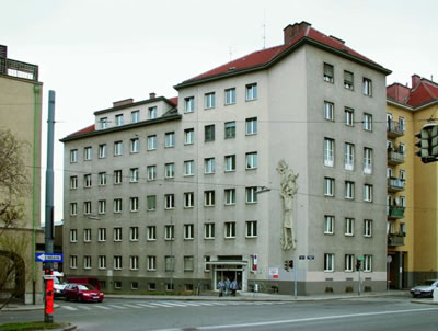<p><strong>5a. </strong>Viyana Belediyesinin  Çöp İdare Binası MA 48&rsquo;in eski ve yeşil cephe yapıldıktan  sonraki yeni hali.<br />  www.eurokommunal.com/</p>