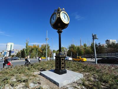 <p><strong>5a.</strong> Ulus metro istasyonu ve Kuğulu Park önündeki  saat kuleleri<br />