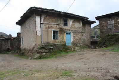 <p><strong>5a. </strong>Köy Camisinin Görünüşü, 2013 ve Plan Rölövesi<br />   Kaynak:  Yazar tarafından üretilmiştir.</p>
