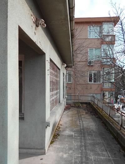 <p><strong>5a. </strong>Yapının birinci kat  balkonu</p>