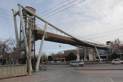 <p><strong>5a. </strong>Kesintisiz taşıt trafiğine konu olan yol  üzerindeki bazı üst geçitler: (üstten alta) Eyüp Sultan, Mobilyacılar, Anadolu  İHL, Şehit Ast. Mevlüt Pekdemir<br />