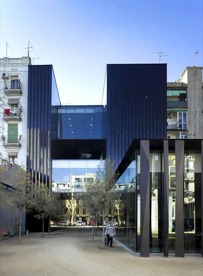 <p><strong>5b.</strong> Sant Antoni – Joan Oliver  Kütüphanesi, Huzurevi ve Cándida Pérez Bahçeleri, 2007, Barcelona, İspanya<br />Fotoğraf: Hisao Suzuki</p>