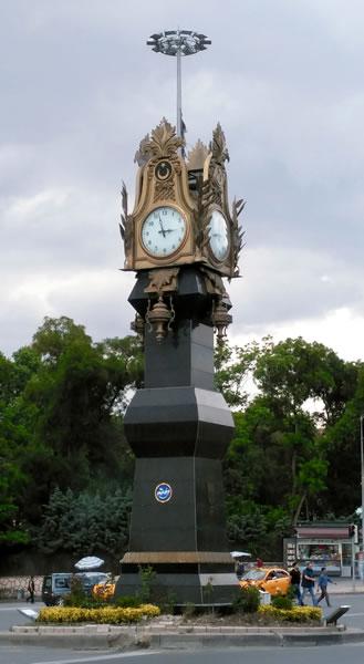 <p><strong>5b.</strong> Ulus metro istasyonu ve Kuğulu Park önündeki  saat kuleleri<br />