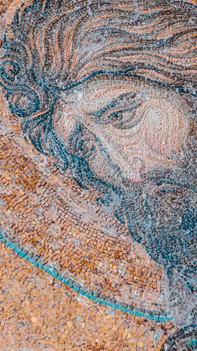 <p><strong>5b. </strong>Yapının çeşitli  bölümlerinden mozaikler<br />Kaynak: https://www.instagram.com/baya_iyi/