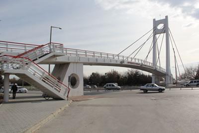 <p><strong>5b. </strong>Kesintisiz taşıt trafiğine konu olan yol  üzerindeki bazı üst geçitler: (üstten alta) Eyüp Sultan, Mobilyacılar, Anadolu  İHL, Şehit Ast. Mevlüt Pekdemir<br />
