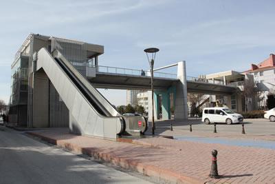 <p><strong>5c. </strong>Kesintisiz taşıt trafiğine konu olan yol  üzerindeki bazı üst geçitler: (üstten alta) Eyüp Sultan, Mobilyacılar, Anadolu  İHL, Şehit Ast. Mevlüt Pekdemir<br />