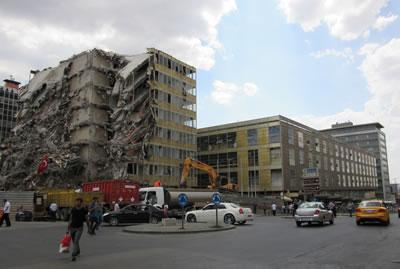 "<p><strong>6.  Anafartalar Çarşısı Yüksek Ofis Bloğu yıkım süreci, 2018.</strong> <br /> <strong>Kaynak: </strong>Kısaer, Elif Miray, 2019, <strong>The Conservation of ""</strong><strong>Anafartalar Çarşısı</strong><strong>"" as  an Example of Modern Architectural Heritage in Ankara</strong>, ODTÜ  FBE, yayımlanmamış yüksek lisans tezi, Ankara, s.4. </p>"