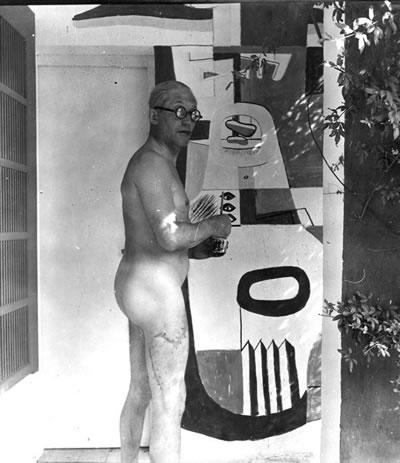 <p><strong>6.</strong> 1939 Eileen Greenin E-1027 Villasında bir duvar resmi  yaparken. Sağ bacağında bir deniz kazasında yırtılan kasının derin izi.</p>