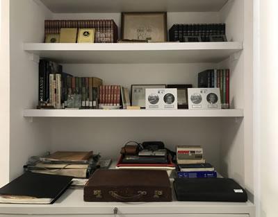 <p><strong>6.</strong> Mimarlar Derneği 1927  Ersinin projelerine ve çanta, fotoğraf makinası, pergel vb. eşyalarına ev sahipliği  yapıyor.<br /> Kaynak: <em>Mimar Nejat Ersin</em> kitabı s.258.</p>