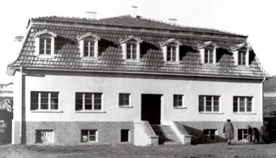 <p><strong>6. </strong>Mahmudiye'de inşa edilen ilk eğitim yapılarından  biri<br />Kaynak: Düşünen  Tohum Konuşan Toprak, İsmail Hakkı Tonguç Belgeliği </p>