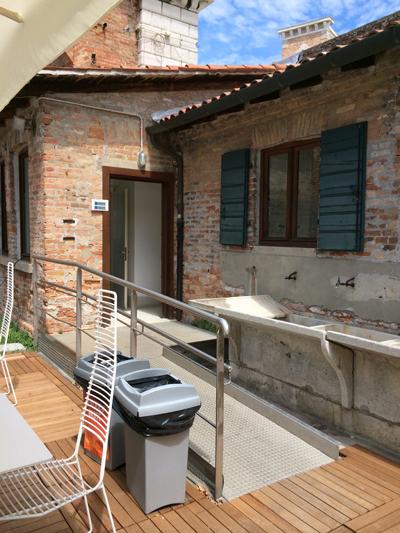 <p>Bedensel engelliler için tuvaletlere  erişimi sağlayan rampa, Bienal alanı, Arsenal, Venedik.</p>