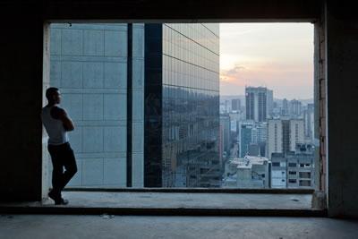 <p><strong>6. </strong>Sosyal sınıfların kentin farklı kesimlerine  çekildiği, kentsel ayrışmanın arttığı düzene işaret eden bir fotoğraf, Torre  David.<br />  Kaynak: Daniel Schwartz / U-TT, ETH</p>