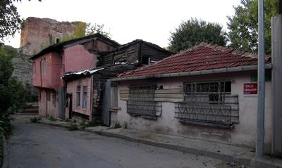 <p><strong>6.</strong> Yıkım öncesi, sakinlerinin tahliyesinden sonra, Toklu  İbrahim Dede Sokağı, 05.11.2011.</p>
