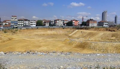 <p><strong>6. </strong>Önde  Fikirtepe'de inşaata yeni başlanacak olan yapı adası ve sağ arkada Akasya konut  kuleleri ve alışveriş merkezi, Haziran 2015<br />  Fotoğraf: Dilek Özdemir</p>
