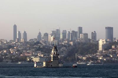<p><strong>6. </strong>Üsküdardaki kız kulesi ve arkasında İstanbul silueti<br />