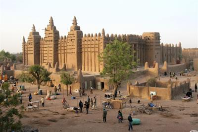 <p><strong>6.</strong> Tehlike Listesi&rsquo;nde kalması onaylanan Mali&rsquo;nin Timbuktu  miras alanındaki anıtsal yapıların geleneksel tekniklerle yeniden inşası</p>