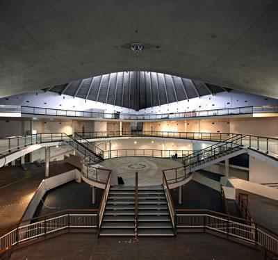 <p><strong>6.</strong> Commonwealth  Institute iç mekân galeriden görünüşler<br />  Kaynak: <strong>The Story of the Design Museum</strong>, Phaidon, 2016.</p>