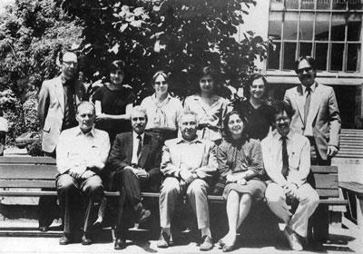 <p><strong>6. </strong>Yıldız  Üniversitesi Şehir ve Bölge Planlama Bölümü öğretim üyeleri ile birlikte, 1985<br />  Kaynak: 1985, <em>Prof. Ö.  Maruf Önal</em></p>