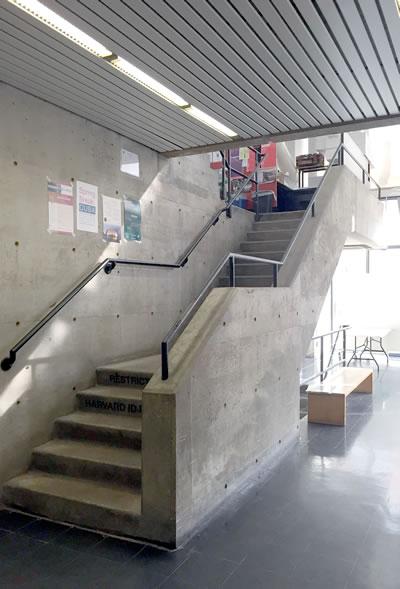 <p><strong>6.</strong> Giriş holünü stüdyo  mekânına bağlayan merdivenler <br />  Fotoğraf: D. G. Özer </p>