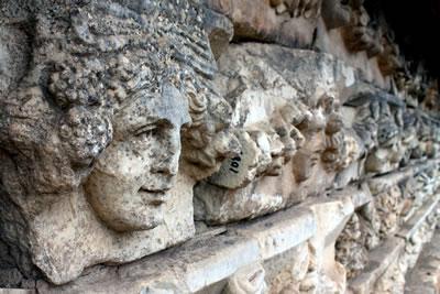 <p><strong>6.</strong> Önemli bir heykel üretim merkezi olan  Afrodisiastan örnekler</p>