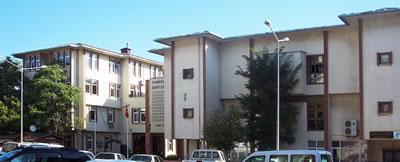 <p><strong>6.</strong> B  Blok Eğitim (solda) ve C Blok Tiyatro-Mehmet Akif Ersoy İl Halk Kütüphanesi (sağda)<br />   Kaynak: Ayşe Ceren Güler  Arşivi</p>