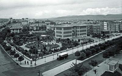 <p><strong>6.</strong> Kızılay binası ve bahçesi, 1940 lar</p>