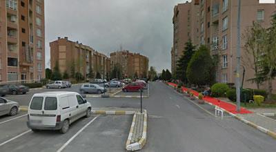 <p><strong>6.</strong> Otopark olarak kullanılan yarı kamusal  mekân örneği, Küçükçekmece, İstanbul</p>