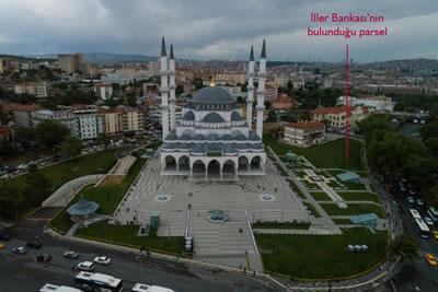<p><strong>6. </strong>Hergelen Meydanına  yapılan Melike Hatun Camisinin önünü kapatıyor diye yıkılan İller Bankasının  bulunduğu alanda şimdi sadece çim var.</p>