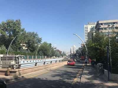 <p><strong>6.</strong> Yayalara ayrılmış kaldırımlar darken  altgeçitlerle donatılmış geniş yollar<br />   Kaynak: ŞPO Ankara Şubesi</p>