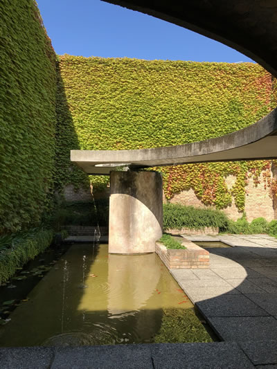<p><strong>6.</strong> Scarpanın  Giardini ana pavyonu yanındaki bahçesi<br />   Fotoğraf: Jale Erzen</p>