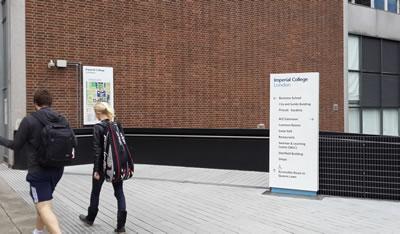 <p><strong>6.</strong> Güvenli yaya geçişini  sağlayan, kampüs içi erişimi yönlendirici panolar, Imperial Kolej, Londra.<br />   Kaynak: Ilkay Dinç Uyaroğlu, 2014 </p>