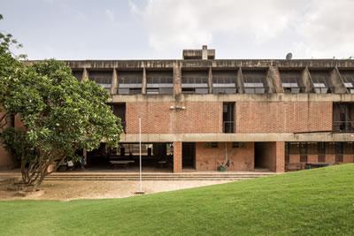 <p><strong>6.</strong> CEPT Üniversitesi, Ahmedabad,  Balkrishna Doshi<br />   Fotoğraf: Randhir  Singh</p>
