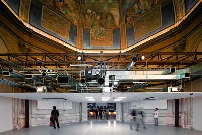 """<p><strong>6.</strong> Venedik Bienalinde Koolhaasın  küratörlüğünü yaptığı """"Mimarlığın Esasları"""" sergisinde ana pavyonun girişinde  bulunan orijinal kubbeyle birlikte ele alınan asma tavan görülüyor.<br />   Kaynak: magaceen.com/en/arts/the-foundamentals-of-rem-koolhaas</p>"""