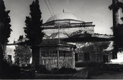 <p><strong>6.</strong> Son Cemaat Yerini Örten Kırma Çatı,  1965 Onarımı Öncesi<br />   Kaynak: VGM Arşivi<strong></strong></p>