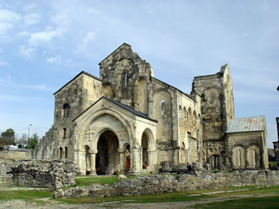<p><strong>6a.</strong> Gürcistan'daki Bagrati Katedrali'ni gerçekleştirilen  rekonstrüksiyon öncesinde ve  sonrasında gösteren iki fotoğraf<br />Kaynak http://kiev-kutaisi.blogspot.com.tr/ [Erişim: 24.03.2014]</p>