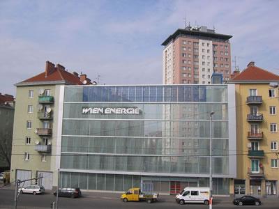 <p><strong>6a. </strong>Theodor-Körner-Hof&rsquo;da  &ldquo;gürültü koruma duvarı&rdquo;. Viyana Enerji Kurumunun üstlendiği projede aynı  zamanda fotovoltaik panellerle elektrik elde edilmesi de öngörülmüş. (Kaynak:  Wienenergie)</p>