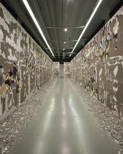 <p><strong>6a.</strong> Latifa Echakhch,  Silinen Kalabalık, 2017, İstanbul Modern. Duvar üzerine fresk. Her biri 365 x  2028 x 136 cm. Sanatçı, Galerie Kamel Mennour (Paris), Kaufmann Repetto  (Milano), Galerie Eva Presenhuber (Zürih) ve Dvir Gallerynin (Tel Aviv) destekleriyle  sergilenmiş, izinleriyle Pro Helvetia ve Institut Françaisin destekleriyle  üretilmiştir.<br />  Fotoğraf: Sahir Uğur Eren</p>