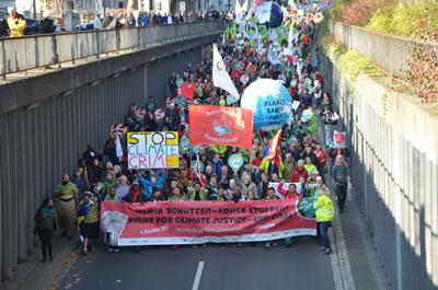 <p><strong>6a. </strong>COP23 ün öncesinde 4 Kasım da organize edilen gösteri<br />   Fotoğraf:  Markus Feger, Düsseldorf</p>