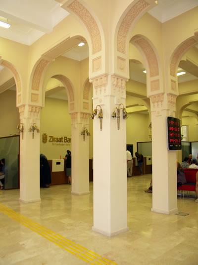 <p><strong>6a. </strong>Ziraat Bankası Eskişehir Şube Binasının iç mekân  fotoğrafları<br />   Kaynak:  Fotoğraflar yazara aittir.</p>