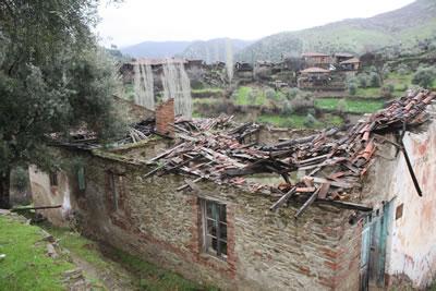 <p><strong>6a.</strong> Köy Okulunun Görünüşü.2013 ve Plan Restitüsyonu<br />   Kaynak:  Yazar tarafından üretilmiştir.</p>
