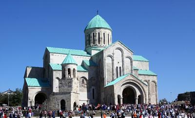 <p><strong>6b.</strong> Gürcistan'daki Bagrati Katedrali'ni gerçekleştirilen  rekonstrüksiyon öncesinde ve  sonrasında gösteren iki fotoğraf<br />Kaynak  www.tamartour.ru/georgian-interesting-places/types-of-georgian-interesting-places/unesco/attraction-kutaisi  [Erişim: 24.03.2014]</p>