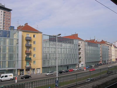 <p><strong>6b. </strong>Theodor-Körner-Hof&rsquo;da  &ldquo;gürültü koruma duvarı&rdquo;. Viyana Enerji Kurumunun üstlendiği projede aynı  zamanda fotovoltaik panellerle elektrik elde edilmesi de öngörülmüş. (Kaynak:  Wienenergie)</p>