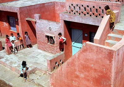 <p><strong>6b.</strong> Aranya Low Cost  Housing, 1989, Indore, Hindistan</p>
