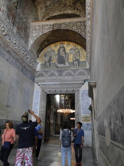 <p><strong>6b. </strong>Perdelenen  bölümlerdeki mozaiklerden kareler<br />Fotoğraflar: Zeynep  Ahunbay</p>