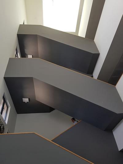 <p><strong>6b.</strong> Merdivenler ve galeri boşlukları<br /> Fotoğraf: Savaş Ekinci, 2019.</p>