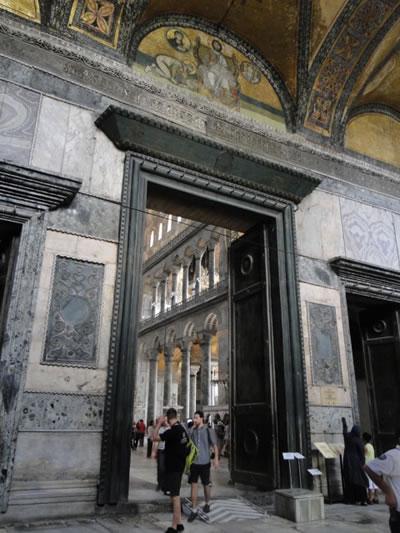 <p><strong>6c. </strong>Perdelenen  bölümlerdeki mozaiklerden kareler<br />Fotoğraflar: Zeynep  Ahunbay</p>