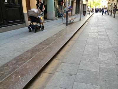 <p>Görme engelliler için tasarlanmış kaldırım  bitiş detayı, Girona, İspanya.</p>